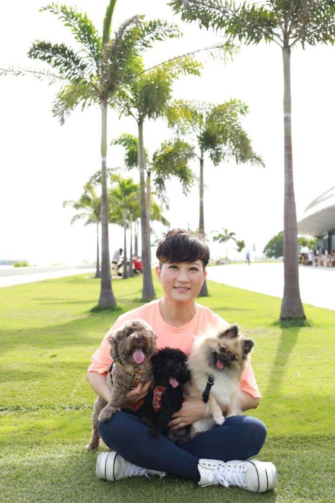 唐韋琪最近收養一對貴婦母子狗和松鼠狗
