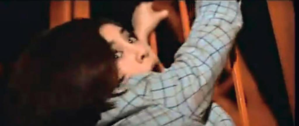 何琍琍在《諜海花》裏動作場面之多,又手無寸鐵,有初生之犢不畏虎的氣勢。大部分以空手道,柔道迎敵,有一場外景,地點是東京鐵塔,歹徒把她帶上高空意圖滅口,幸好男主角陳厚及時趕到救她脫險。