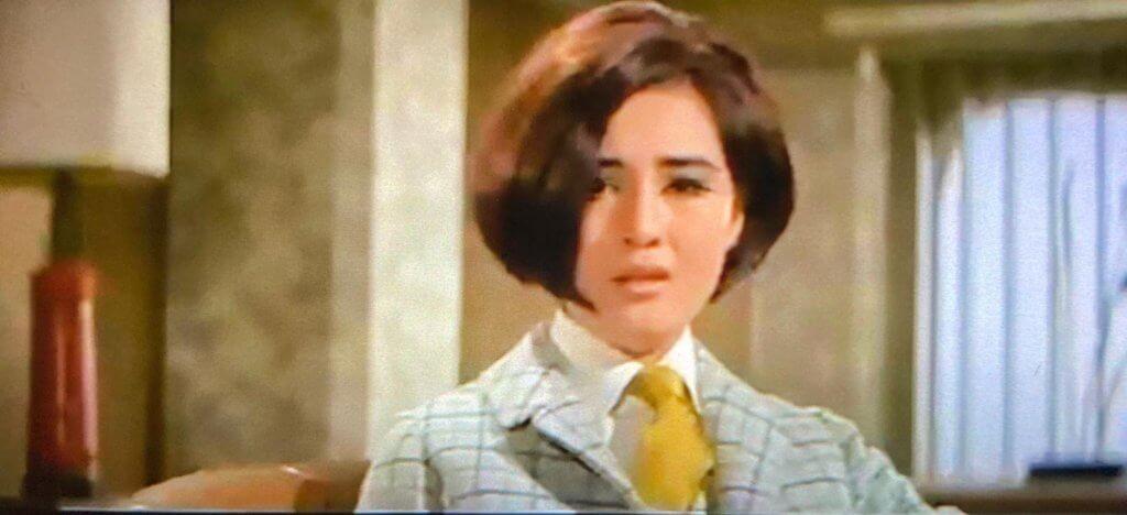 女特工穿什麼?男裝。但不是女扮男裝。淺灰格子呢絨上裝,半截裙,白襯衫,芥末黃色領帶。靜時顯嬌氣,動時帥氣。兩性的魅力集一身。