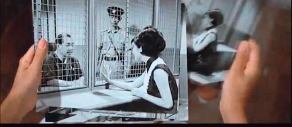 「羅娜」年紀再輕,也是走私頭子的情婦。《鐵觀音》服裝設計劉亮華把「她」和「鐵觀音」的雙重身份處理得清清楚楚。造型與角色的關係,真的不止是衣服髮型是否亮眼和有型。添食的《鐵觀音勇破爆炸黨》不知可有延續驚喜?