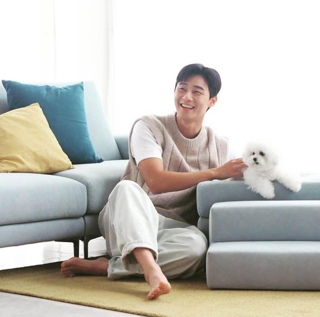 朴敘俊帶愛犬一同拍廣告,自然笑得開心。
