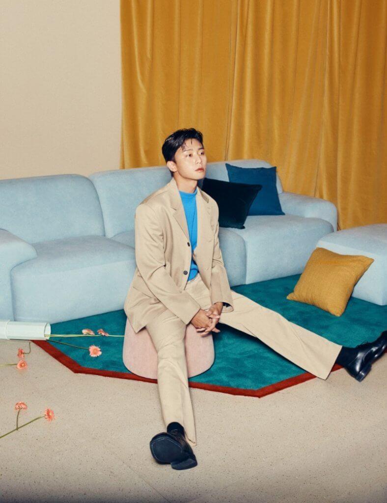 朴敘俊在廣告中也大曬長腿,廣告效果更像時尚雜誌造型照。