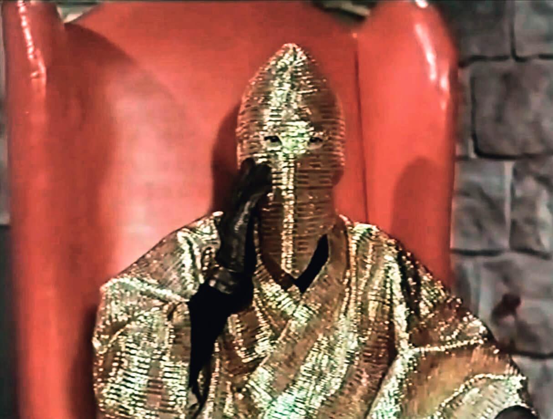 「金閻羅」作為「首領」其實很有時尚感。金色主打,襯托黑色內籠,再配以紅色皮椅,加上機關內紅燈閃閃,乃六十年代粵語片彩色化的獨具匠心之作。時尚,因為半個世紀過去,這造型的camp趣味依舊濃厚。