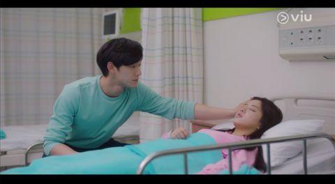 盧正義飾演女兒,李到哯知道女兒生病後,到醫院照顧她。