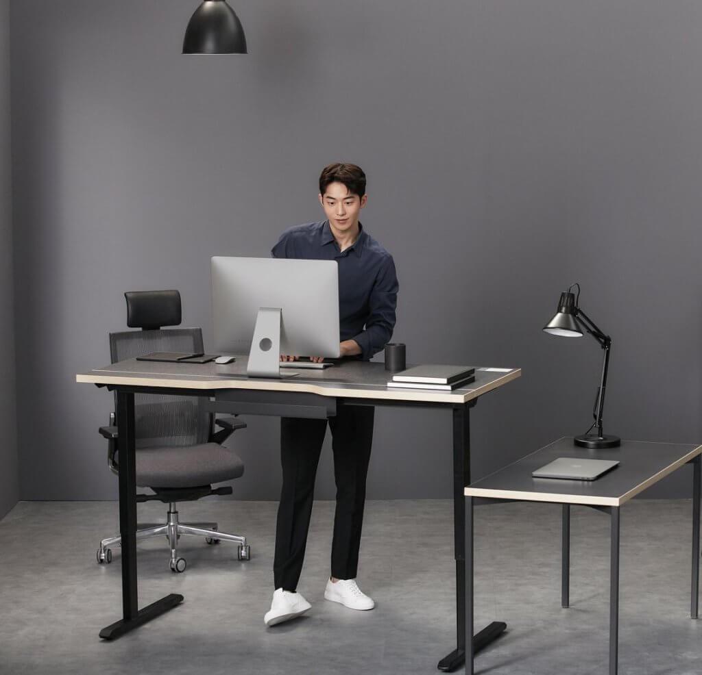 南柱赫為Desker 代言home office,展示冷冽簡約風格。