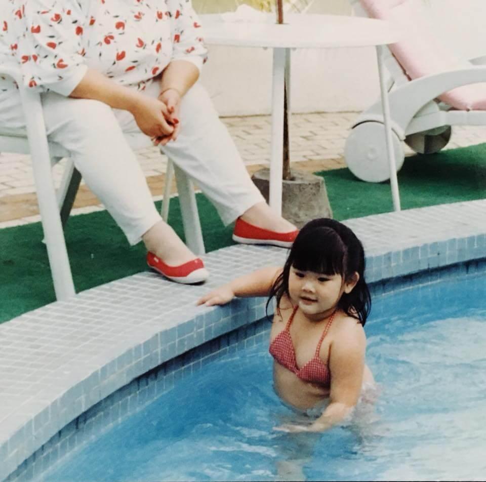 欣宜小時候的三點式照片