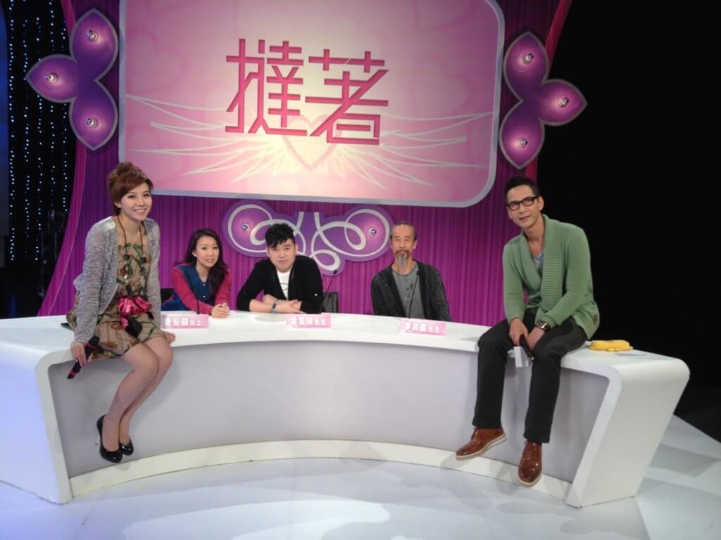 甄詠珊與陳啟泰在一一年主持亞視節目《撻著》,是一個專為單身男女配對的真人騷節目。