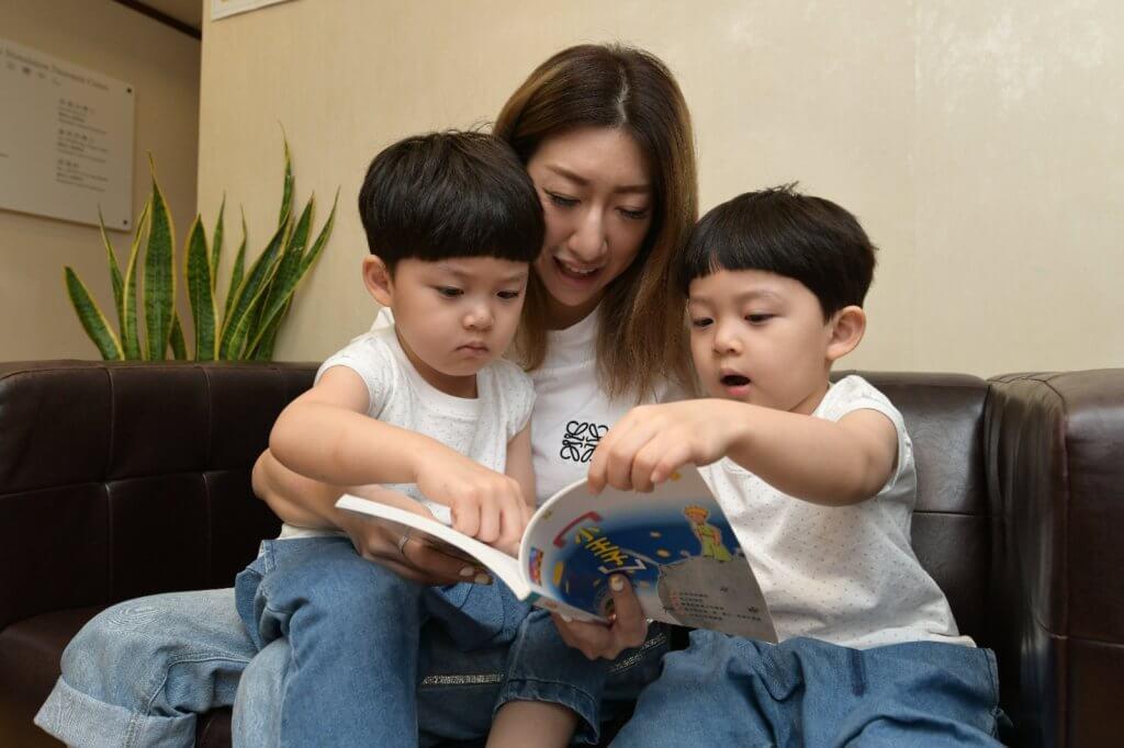 丁醫生建議父母以書面語為學前兒童講故事