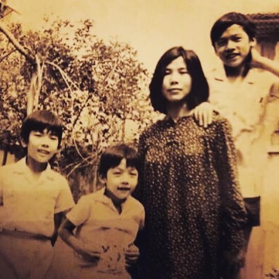 單文立父親拋妻棄子離家,這是少年時期的他與媽媽及兩位弟弟合照。