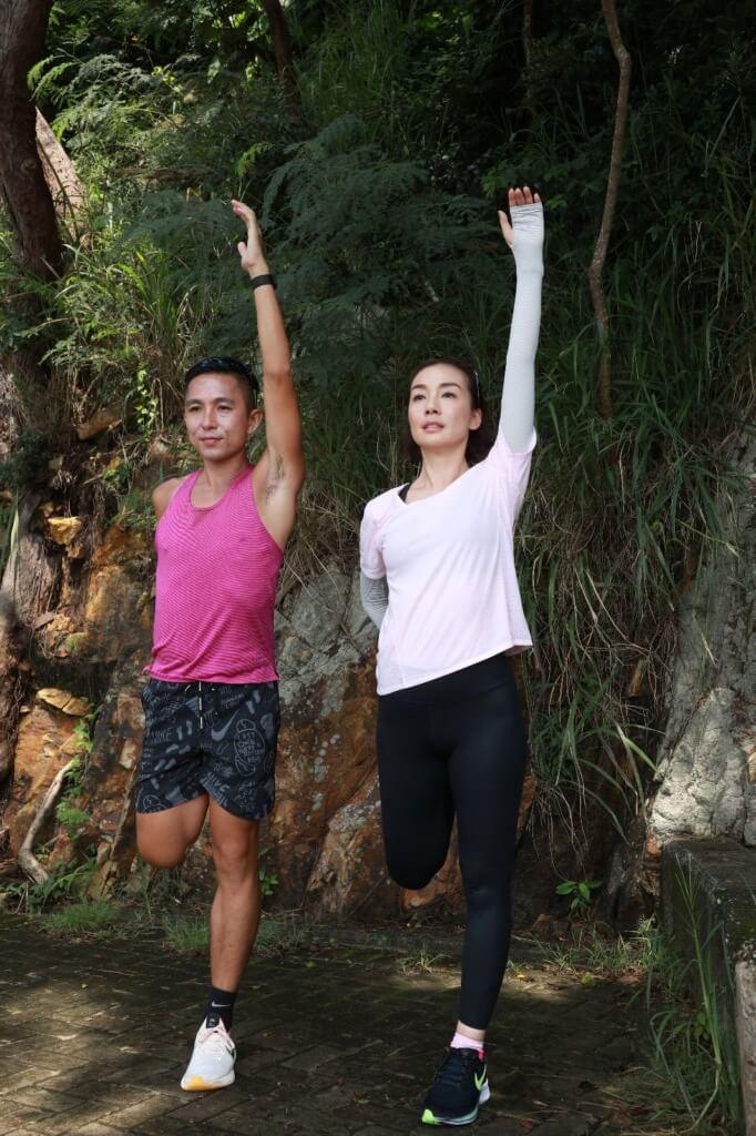 蘇教練和美儀示範拉筋和伸展等熱身動作