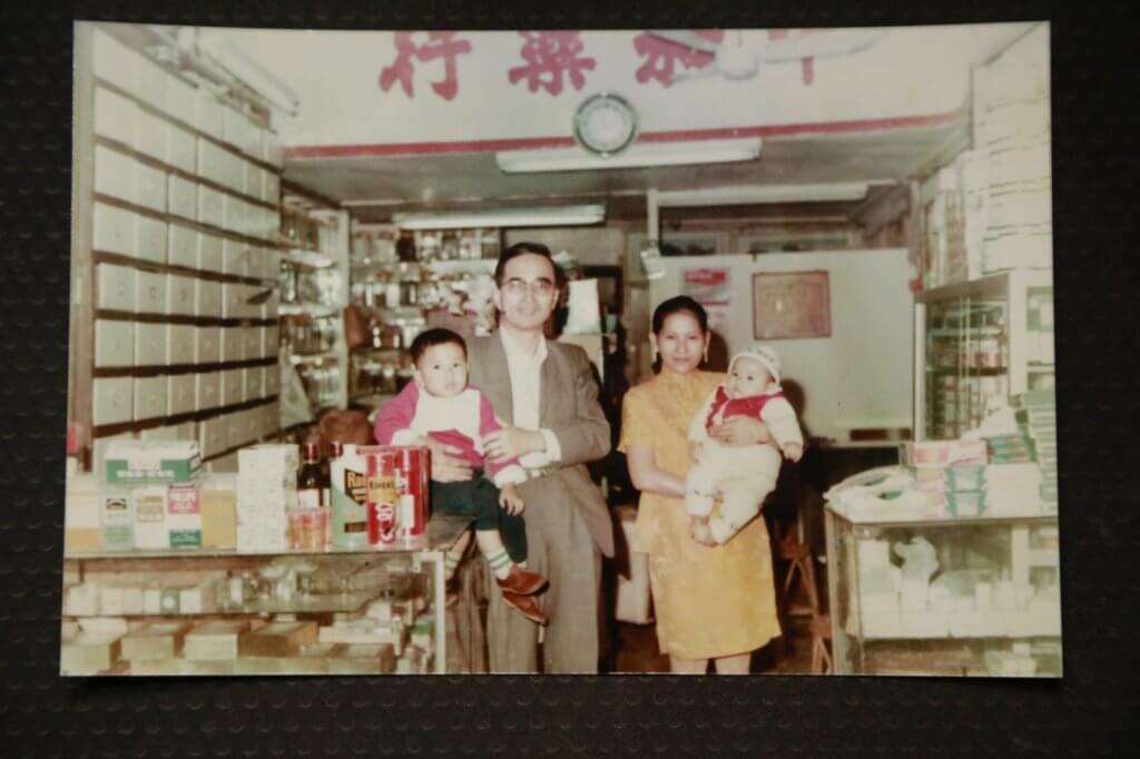 張韡騰父親是中醫師,他年幼時與父母及哥哥在藥材店中合照。