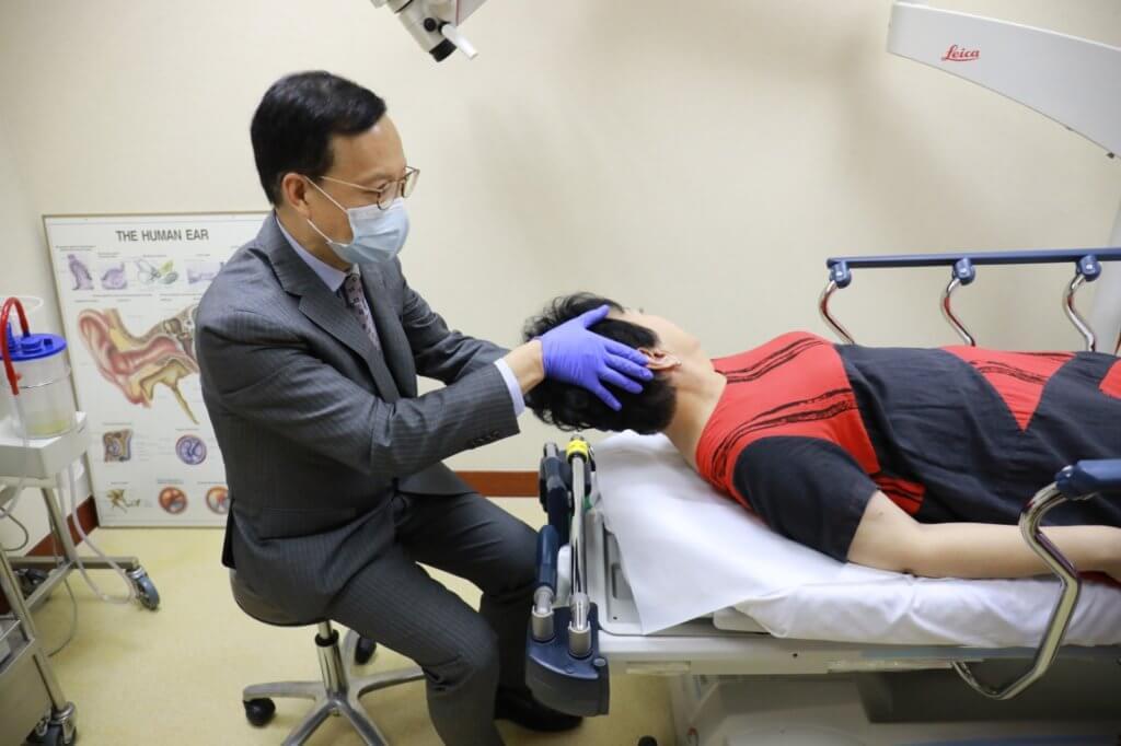 醫生用姿勢的原理,將跌到半規管的耳石復位。