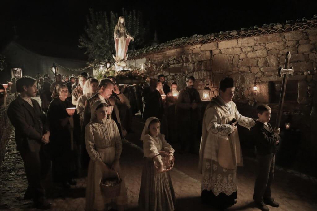 改編自真人真事的《花地瑪:玫瑰神蹟降臨》,以第一次世界大戰烽火下的葡萄牙里斯本為背景。