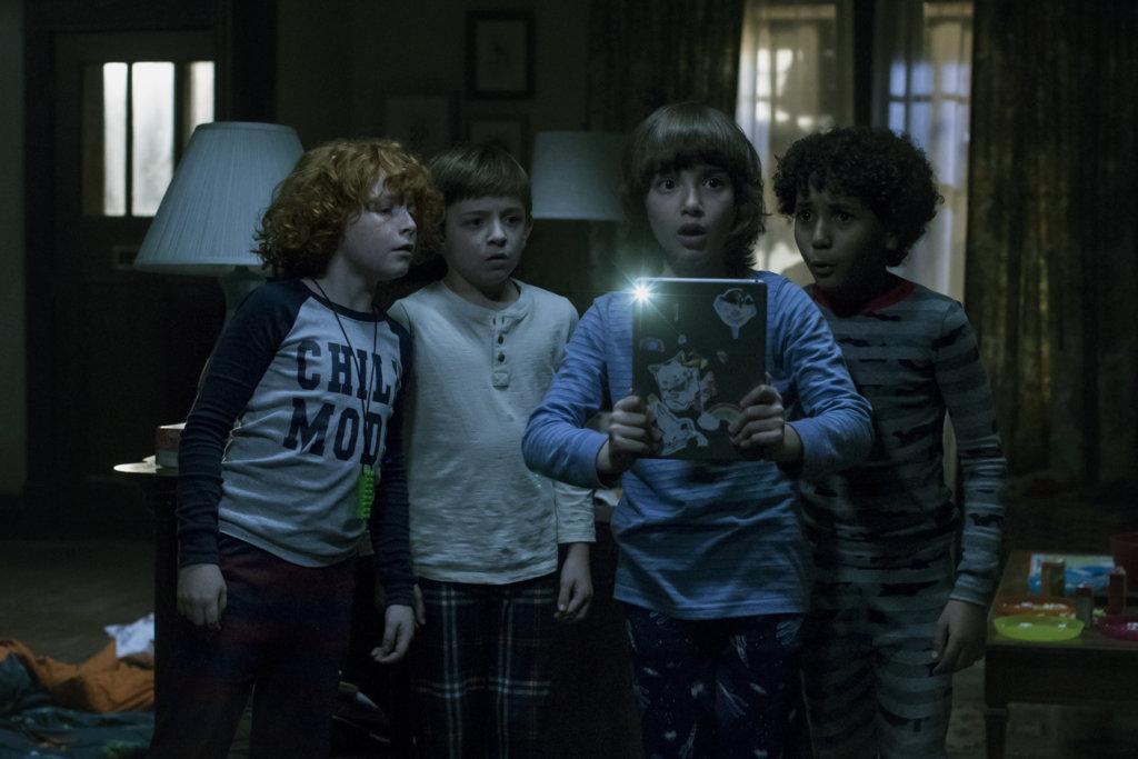 《怪奇默友》主角阿茲羅伯森(右二)扮演有語言障礙、沉迷玩手機的自閉症兒童,因怪物跟幾個同學成為好友。