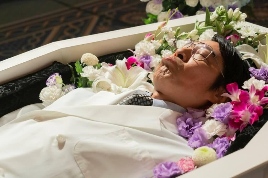堤真一在片中扮假死的藥廠公司老闆,演繹很搞笑奔放。