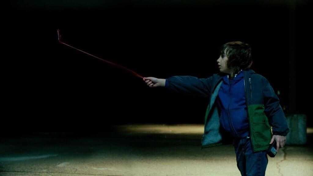 阿茲羅伯森扮演的奧利,被虛擬世界的神秘魔怪拉你盯上。
