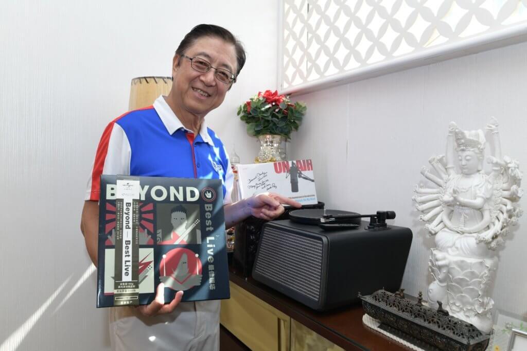 新哥當年有份創立《中文歌曲龍虎榜》及《十大中文金曲頒獎禮》,推動粵語歌熱潮被譽為「金曲之父」。