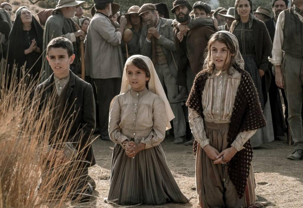 少女新星史蒂芬妮吉爾飾演的牧羊少女路濟亞(右),多次和兩名表弟妹在牧羊時見證「聖母瑪利亞異象」。