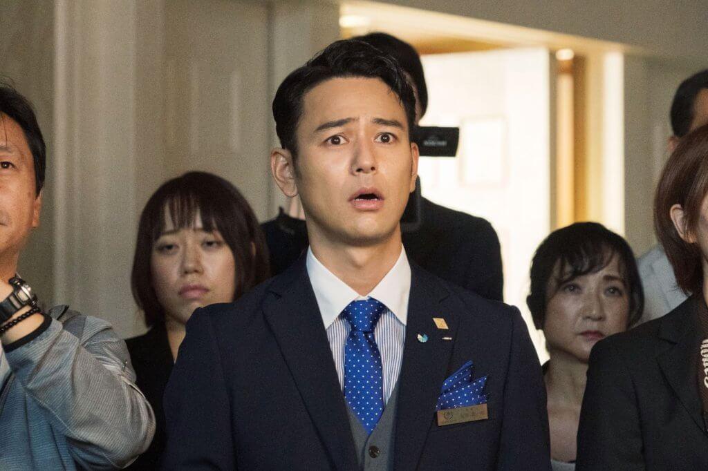 串星妻夫木聰在片中扮演反應浮誇的酒店服務員