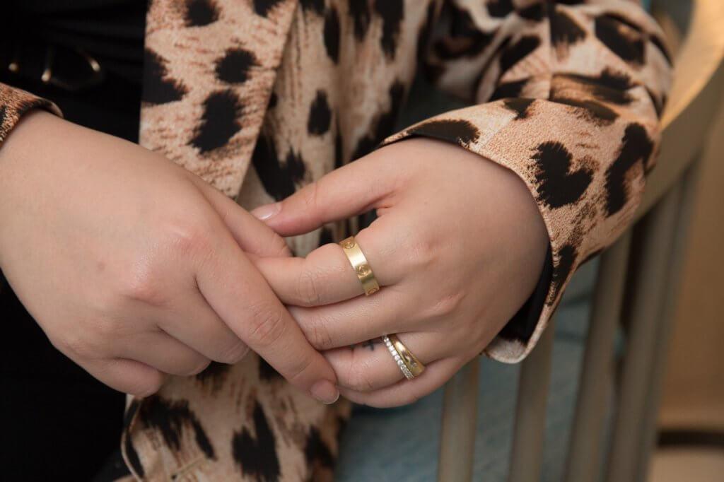 欣宜手上戴着契仔戒指