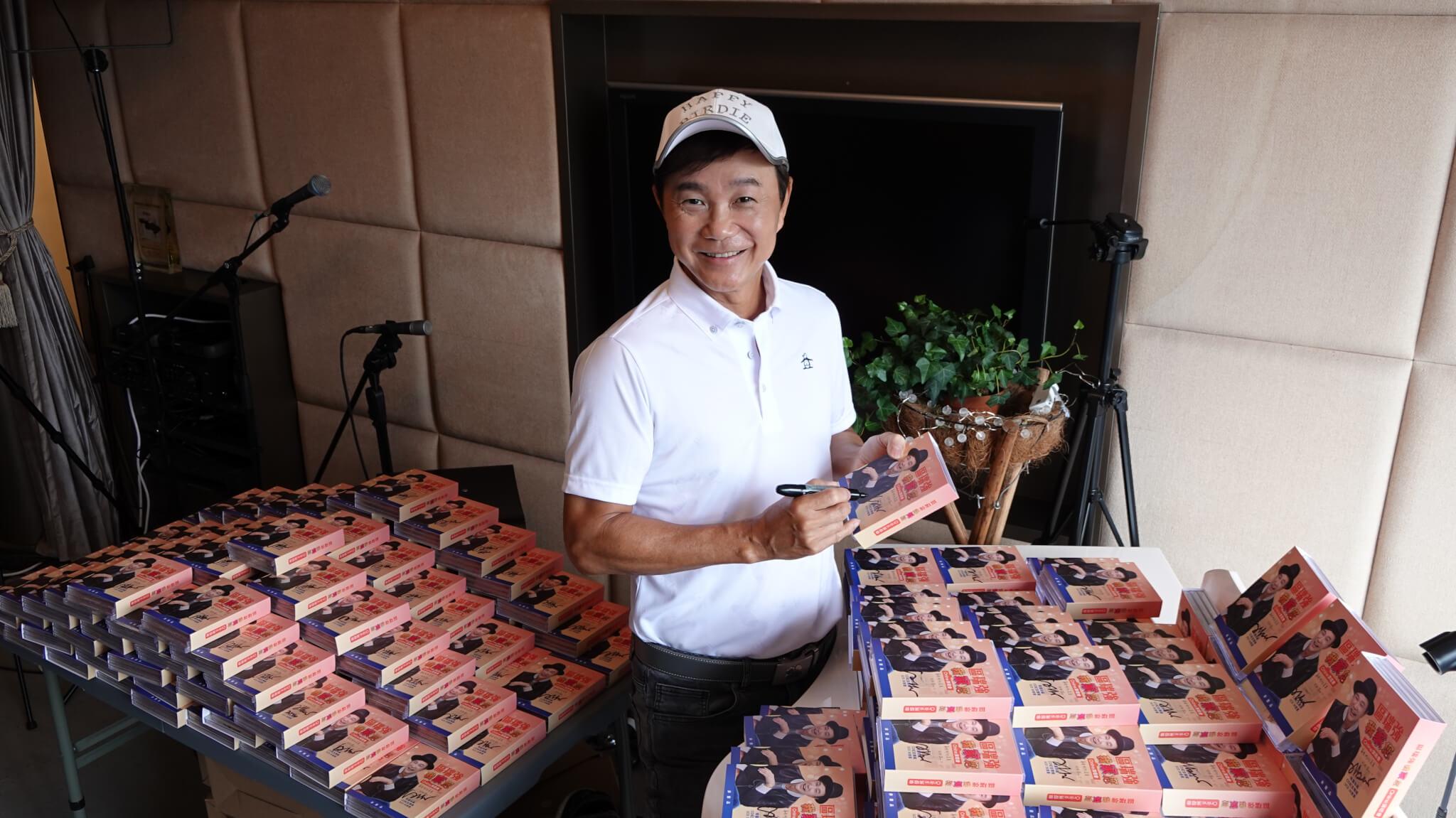Albert為送給醫護的二千五百套CD親筆簽名,誠意十足。