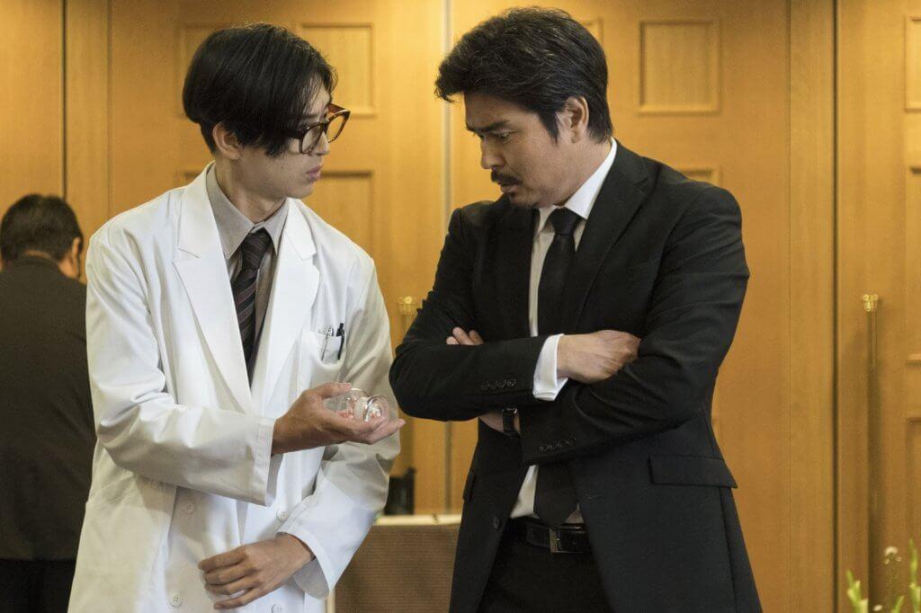 松田翔太則飾演藥廠研究員,明明看起來很年輕,行徑卻如八十歲老人家。