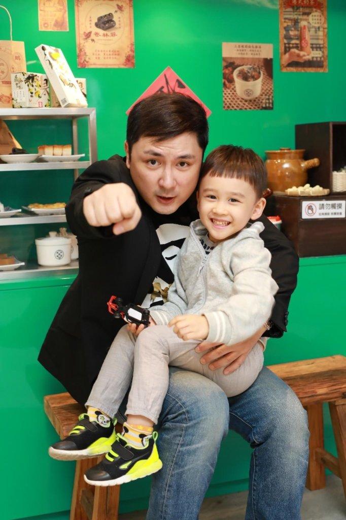 訪問當日,四歲的姪仔也來湊熱鬧,兩叔姪感情要好。