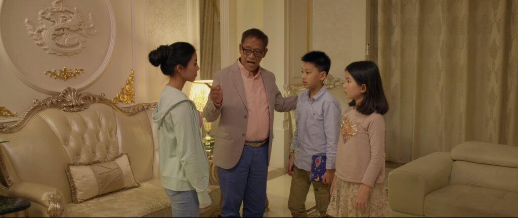 女主角安娜阿卡納在《我的豪爸爸》中回到深圳老家,起初面對父親吳耀漢所生的同父異母弟妹時,關係疏離。