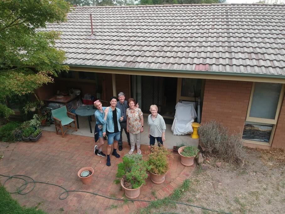 二人已到了澳洲,住在父母家,分娩後亦有父母照顧。