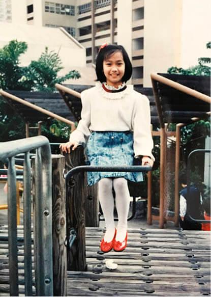 蓋世寶在沙田屋邨長大,她形容自己小時候乖巧,長大後甚為硬朗。