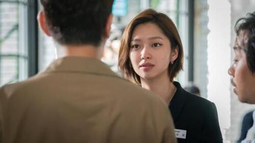 崔有華飾演第三者,在崔元英的餐廳做經理。