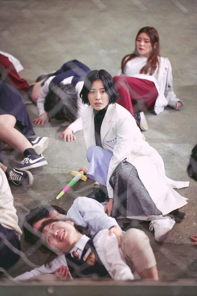鄭裕美天生有特殊能力,可以見到「啫喱鬼」,為了保護校內學生,她以激光劍對抗妖魔。