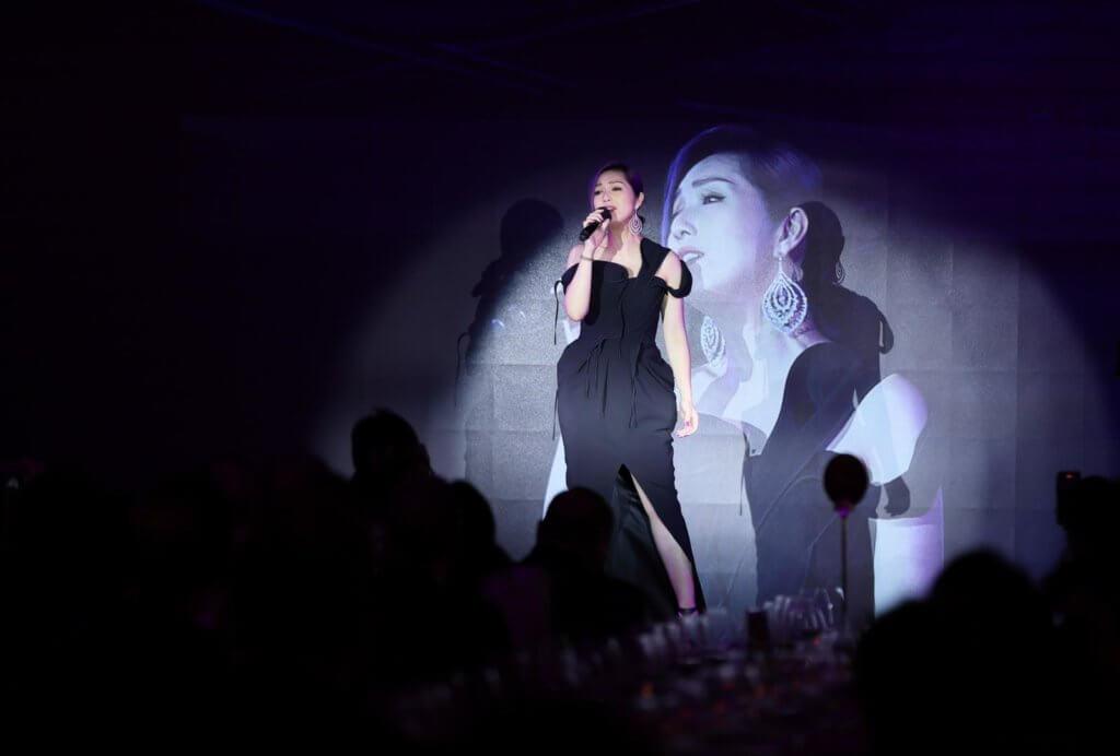 楊千嬅唱了《少女的祈禱》一曲,疫情下吃多了的千嬅,為了演唱會要好好閉關練氣和減磅。