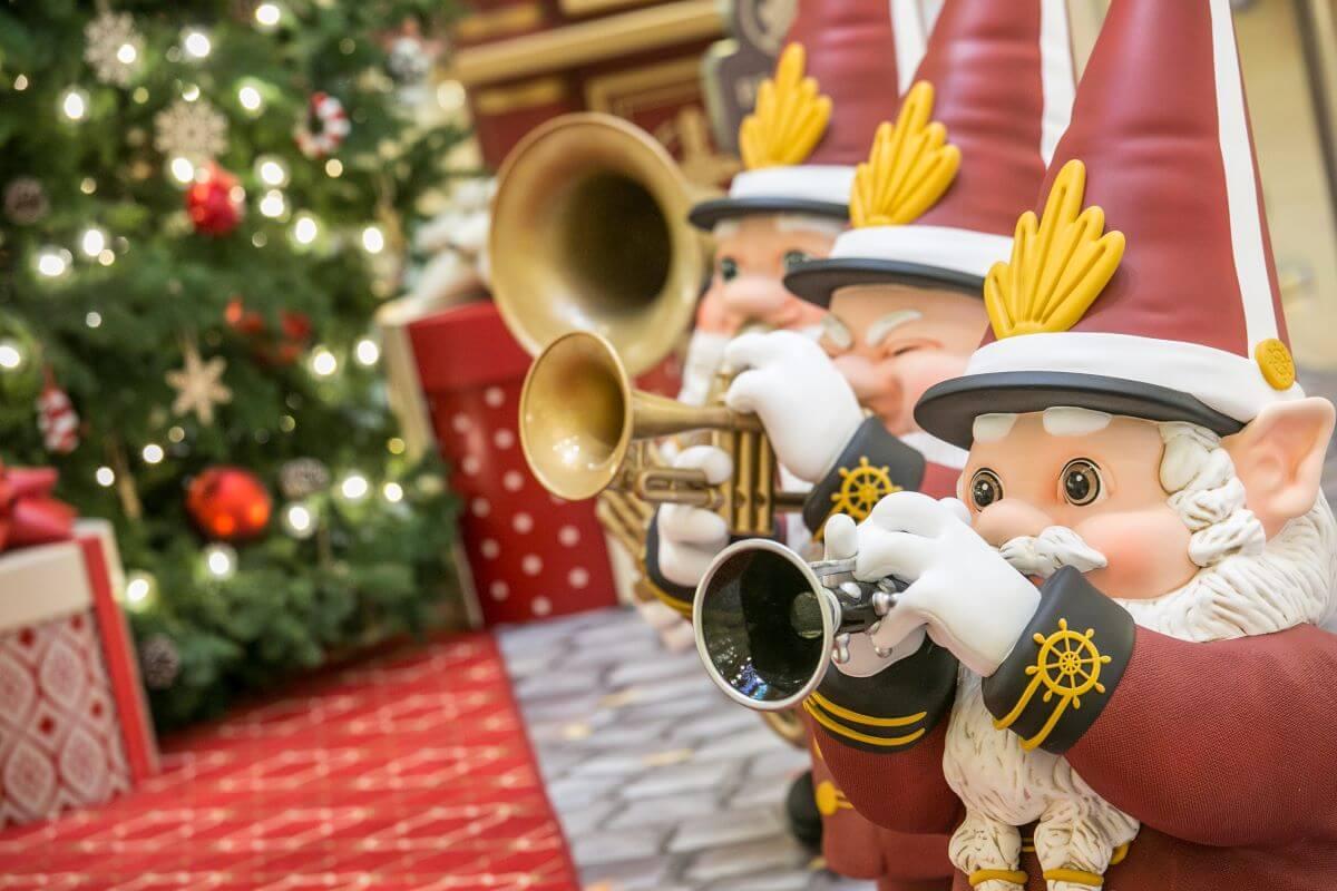 小精靈樂隊在聖誕小鎮夾道歡迎大家。