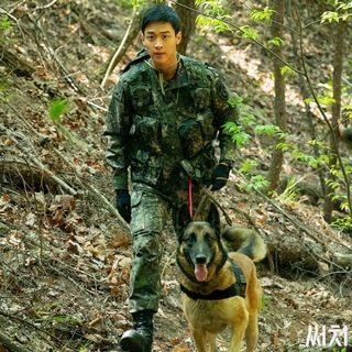 張東潤飾演軍犬兵,為了跟狗合作,事前受了特別訓練。