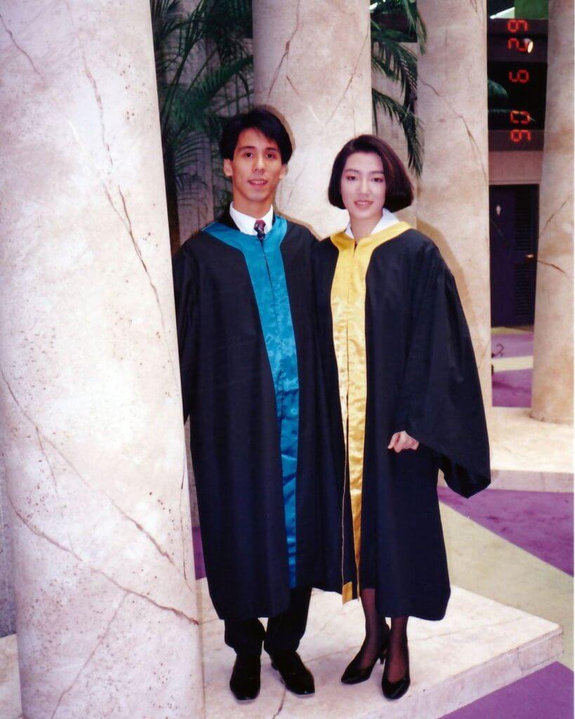 關寶慧九○年畢業於演藝學院,這是她與同學穿袍的畢業照片。