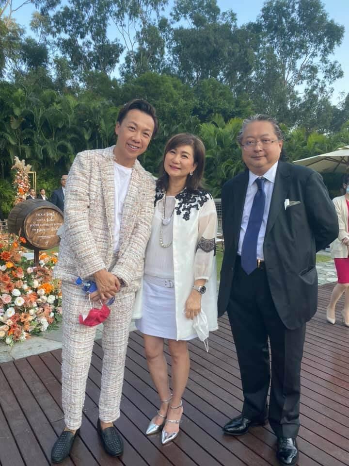 公關鄭紹康、無綫高層樂易玲及唱片公司老闆何哲圖齊齊祝賀一對新人