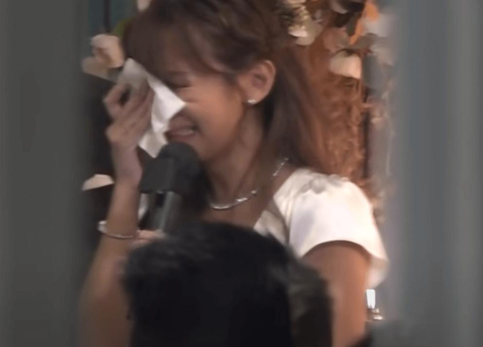 在婚宴中,Step多謝雙方父母時,淚水不停流,她說喊到連講說話也好辛苦。(娛樂新聞台截圖)