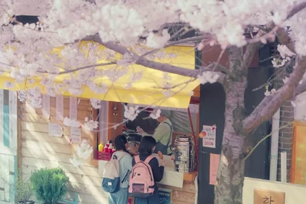 劇中徐達美童年時祖母開設的小食檔,門前櫻花盛放,絕對是打卡熱點。
