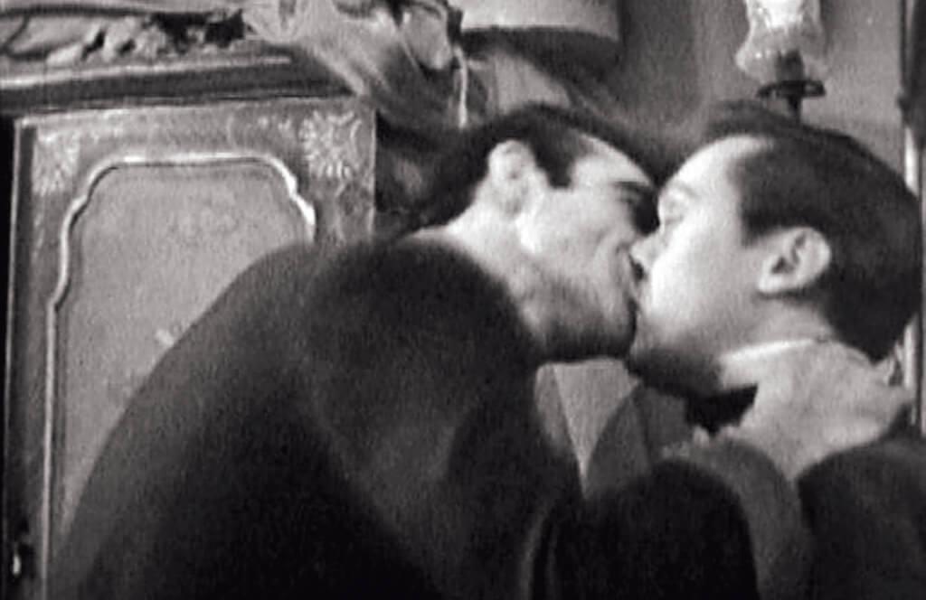 史上非常珍貴的辛.康納利的同性相吸照片,來自他的占士邦史前史。一九六○年演出BBC 電視劇Columbe 中被妻子紅杏出牆的法國男子,衝上情敵的家裏,為了找出自己有什麼比不上他,便一頭往他的嘴唇上撞過去。此劇曾被以為佚失,現已找回孤本,有意觀賞,可向英國國家電影中心查詢。