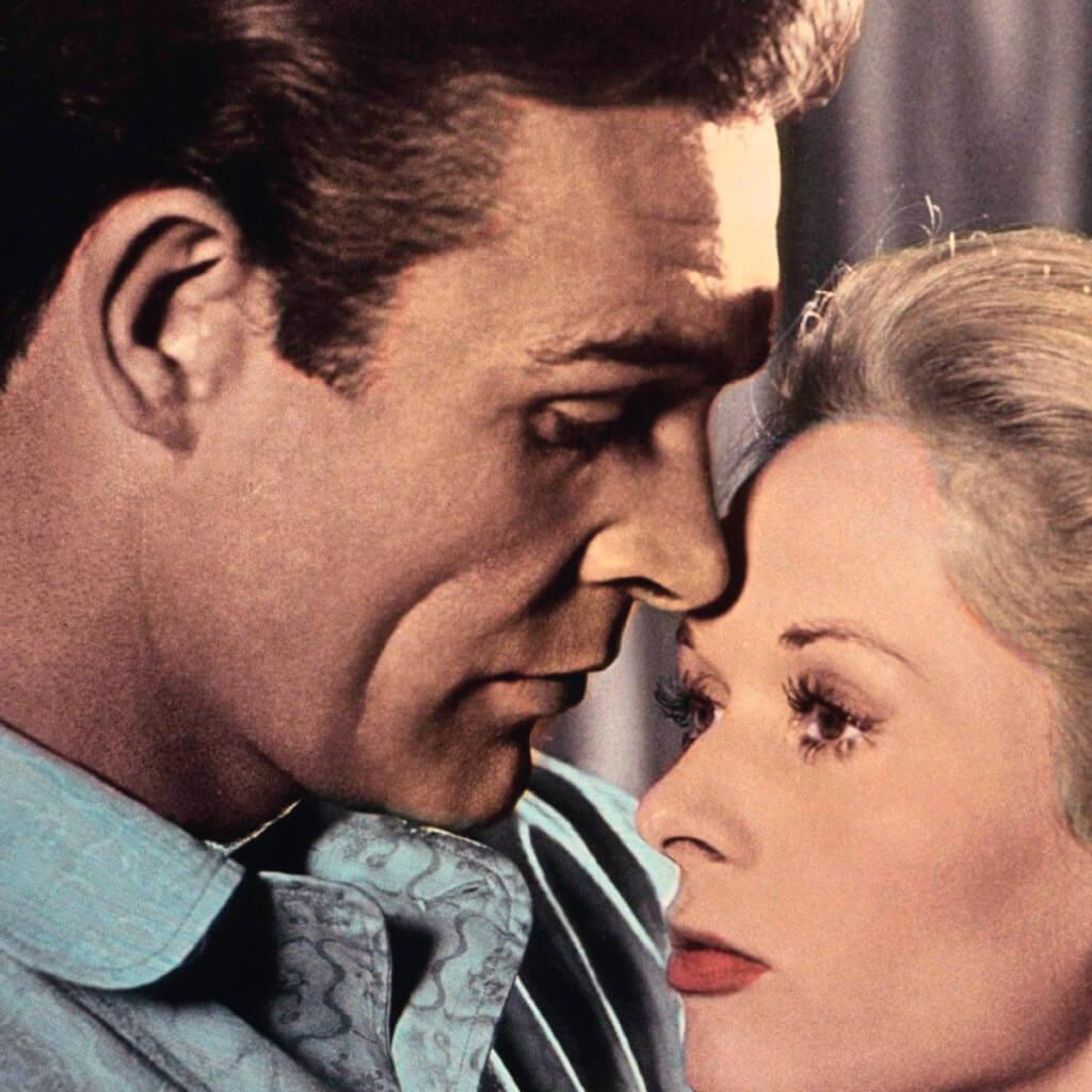 她是冰山美人,她是金髮娃娃,對他來說,跟她發生關係,他便要完全主動。鏡頭之下,他小心翼翼,她無動於衷,如此兩性互動,在希.治閣電影裏還有一部《迷魂記》(1958),女性對於男性如同沒有生命的物件,即使火辣如飾演占士邦的辛.康納利,也沒法融化片中的女主角。