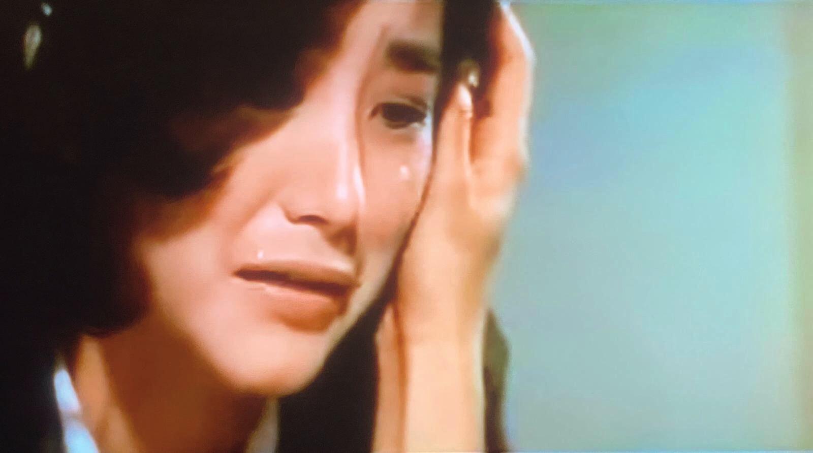 《窗外》(1973)是林青霞從影第一部電影,因遭瓊瑤申請禁映,在台灣,第二部接拍的《雲飄飄》便變成是第一部。卡士上,她和男主角谷名倫都是新人,配搭以關山和唐寶雲,再有劉家昌馬之秦助陣,陣容不失吸引力。但關山與唐寶雲在六十年代的巨星,來到七十年代,已是「上一代」和「家長」,戲分再多,也是甘草。