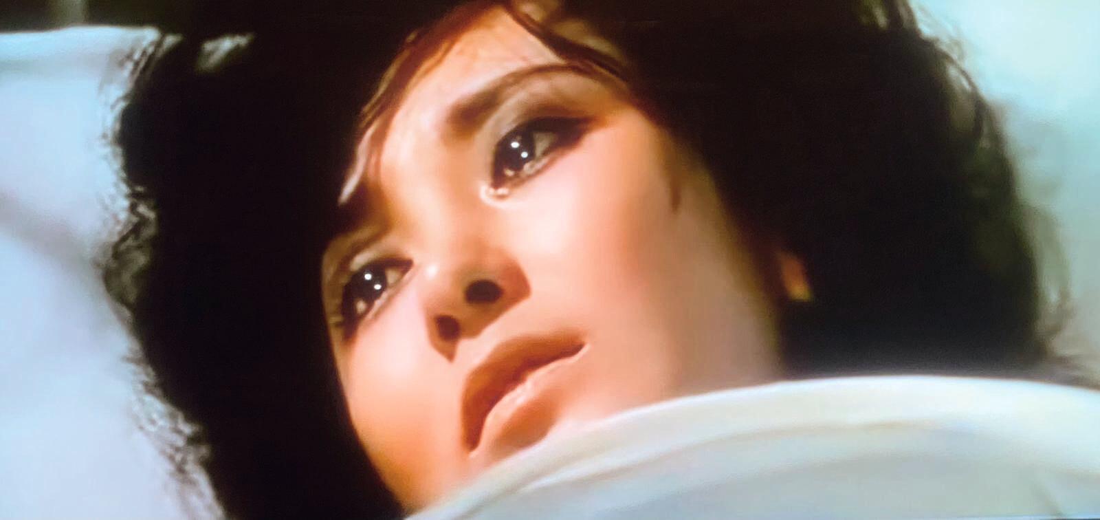 「我是從小便看你演戲的⋯」放在林青霞和唐寶雲之間,並沒有誇張,林的初中六○年代,唐正大紅大紫。一霎眼,沒有想過的事情發生了,十九歲遇上廿九歲,黃毛丫頭是紅花,經驗豐富的是綠葉。病榻前姊妹冰釋前嫌的一場戲,示範了什麼是初生之犢不畏虎。