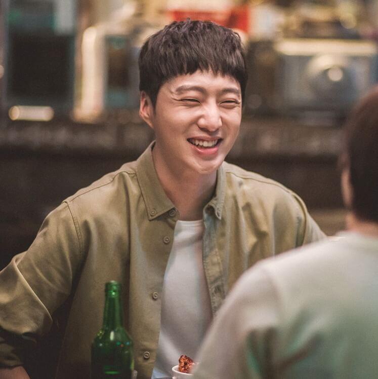 姜昇潤演李世榮好友,二人經常打打鬧鬧。