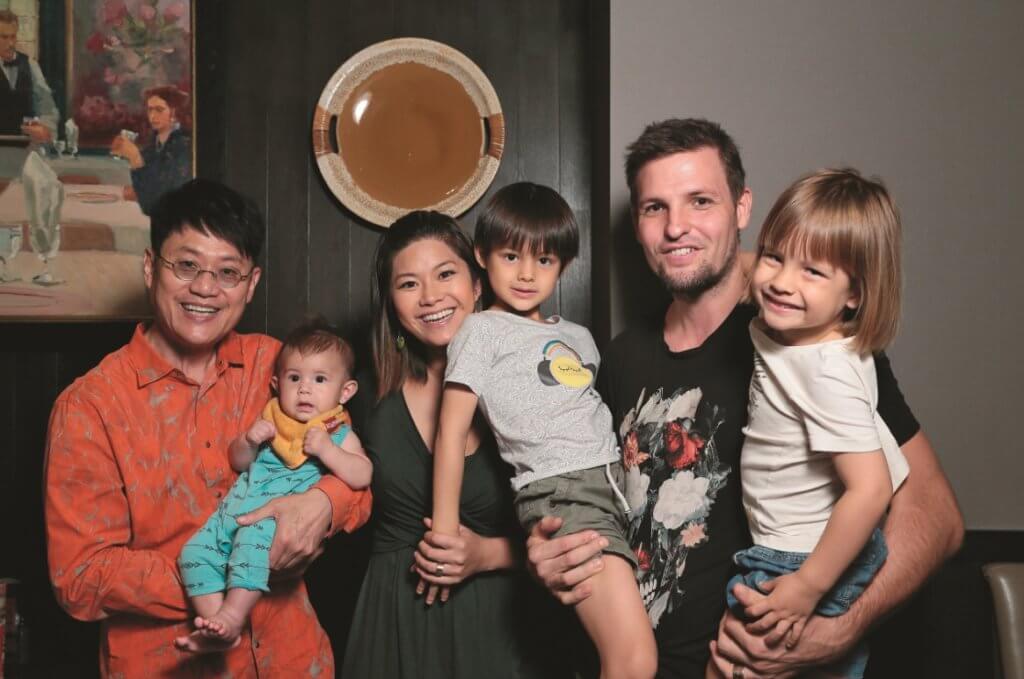鄧上文與澳洲籍丈夫Andrew誕下三個混血兒子,鄧英敏做了「三公」。