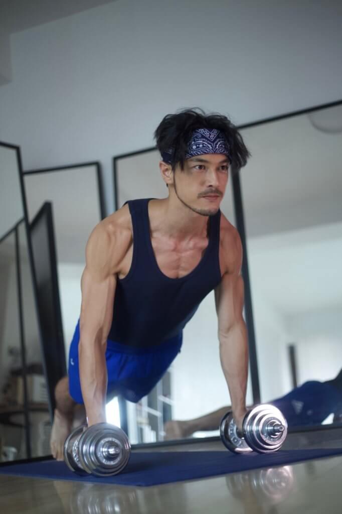 為了操練六嚿腹肌,拍攝前Adam不斷健身。