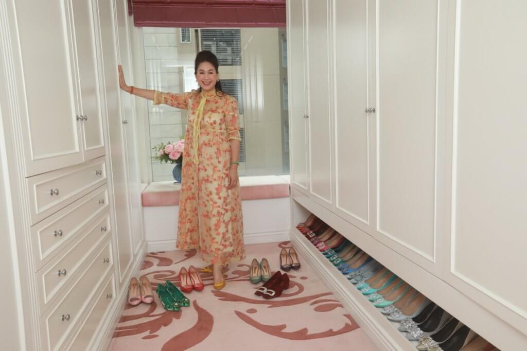 不論衣服或鞋都根據顏色擺放,方便挑選和整理。