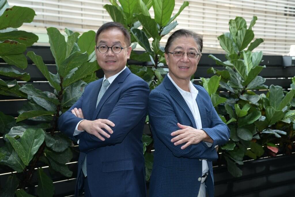 張文新和胡志遠醫生在同一間中學畢業,論資排輩是學兄與學弟。