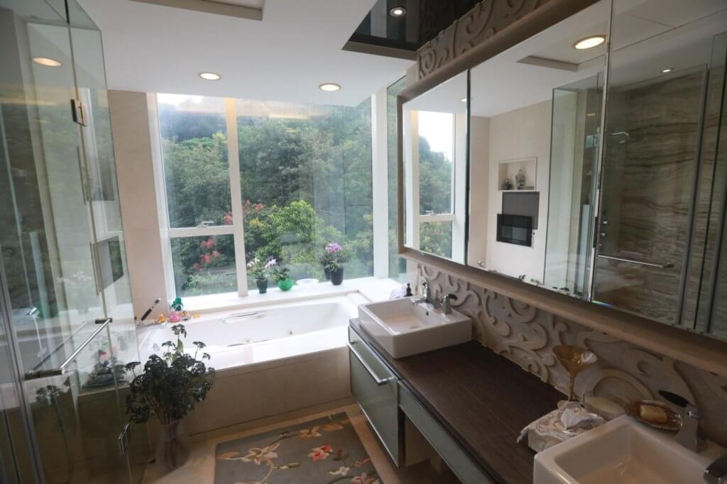 洗手間的大浴缸面向翠綠山景,入浴是生活享受之一。