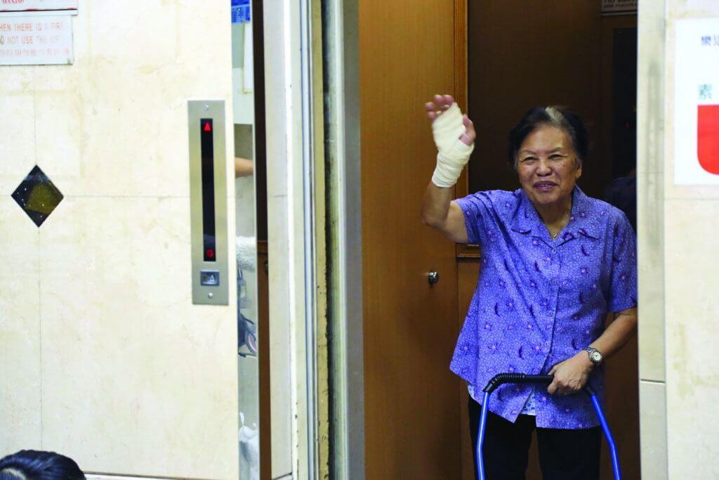 余慕蓮半年前因耳石症出入不便,聘請印傭照顧起居飲食。